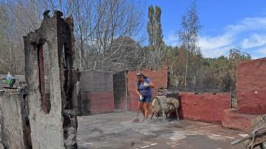 Destrucción. Una de las tantas desoladoras postales que dejó el fuego en la Comarca Andina chubutense.