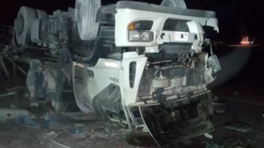 El camión con acoplado volcó en la madrugada de ayer en la Ruta Nº 3.