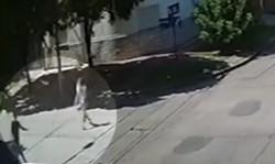 Tras los gritos de la chica, el sujeto escapa con el pantalón medio flojo.