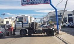 El camión se desenganchó de un remolque y se fue contra un poste.