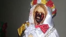 Vecinos empezaron a llegar al lugar para conmemorar el aniversario, y se encontraron con la misma imagen que vieron cuatro años atrás: la Virgen llorando sangre.