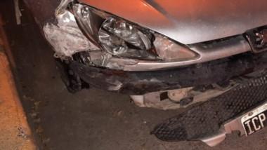 El automóvil  anduvo en tres ruedas durante varios metros en Rawson.