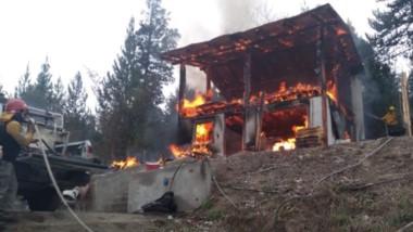 El incendio de una vivienda en El Bolsón provocó una nueva tragedia.