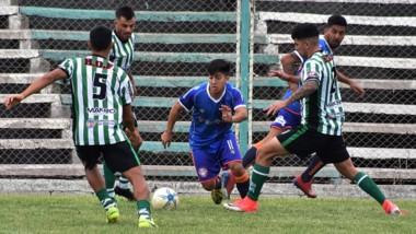 Imagen del encuentro que disputaron ayer en El Fortín Germinal de Rawson y J.J. Moreno de Puerto Madryn.