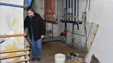 Sin caldera. Muñoz muestra el lugar donde debería instalarse un nuevo y reclamado equipo de calefacción.