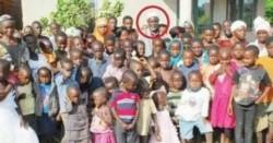 Misheck Nyandoro  con sus esposas e hijos.