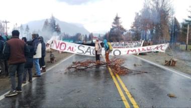 Reclamos conjuntos. A la oposición minera se suman demandas de los vecinos afectados por el fuego.