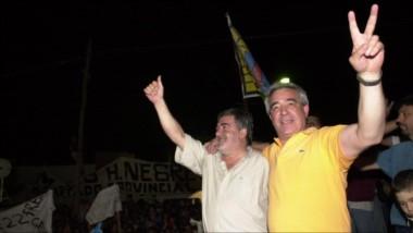 Aquellos festejos. El escribano Gómez, la noche que se quedó con la Intendencia, abrazado con Das Neves.