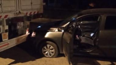 El auto impactó contra un transporte pesado estacionado en la calle.
