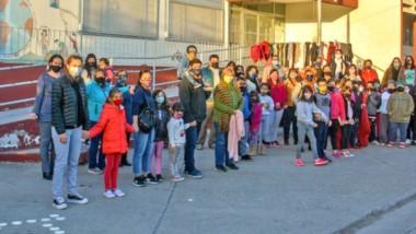Movilización. Padres y alumnos se abrigaron para un abrazo simbólico a la Escuela, donde ya comenzaron las reparaciones.