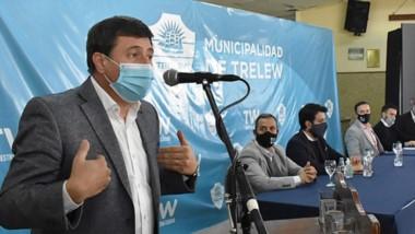 En su paso por Trelew, Daniel Arroyo visitó proyectos productivos y fue hasta el centro de vacunación.