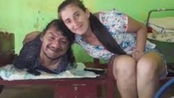 Pablo Acuña junto a su madre.