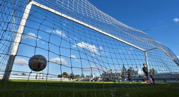 Pelota al fondo de la red, en el primer gol de Belinetz.