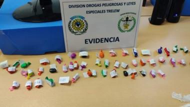 Más de 50 envoltorios de marihuana y otras tantas pastillas halladas.