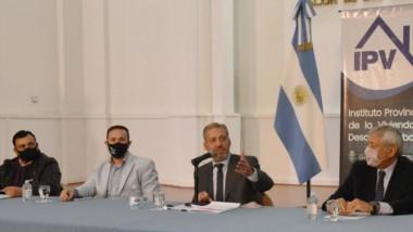Arcioni, junto con Maderna y Alfredo Béliz en el acto de firma del convenio para la construcción de 33 nuevas viviendas en Trelew.