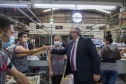 Alberto, en la planta de la empresa de calzado e indumentaria deportiva Dass en Eldorado, Misiones, donde directivos de la firma realizan anuncios de inversiones, sustitución de importaciones y genera