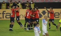 Sin lucir y con una jugada que lo favoreció sobre el final, Independiente venció a Bahía y quedó muy cerca de meterse en la próxima instancia.