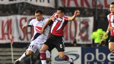 Diego Giménez batalla por la pelota con Ramiro Funes Mori.