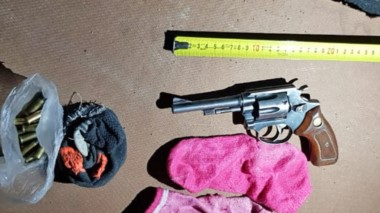 Un arma calibre 32 y una réplica de una 9 mm. fueron incautadas ayer.
