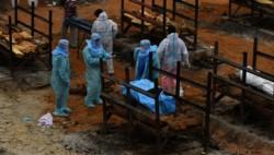 Nuevo récord de muertes diarias por coronavirus en India, aunque bajaron los contagios.