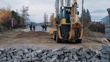 Jóvenes capacitados. Además de políticas de prevención, el municipio de Lago Puelo ejecuta pavimentación.