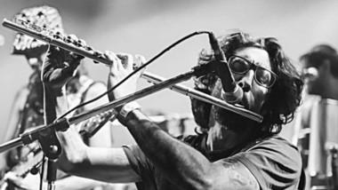 El músico comodorense vive en México donde grabó un disco que propone paz en tiempo de silencio y pandemia.