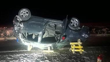 El automóvil Volkswagen Fox tirado sobre la Ruta Nº 3 en uno de los accesos a Madryn con desenlace fatal.