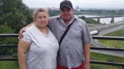 Tatyana O, junto a su esposo fallecido. La mujer lo mató al apoyar sus nalgas en la cabeza.