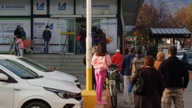 Con la llegada del fin de semana, las largas filas en los supermercados de Esquel para abastecerse.