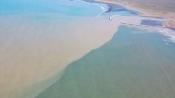 La pluma de turbiedad del río Chubut,desde un dron en la desembocadura en Puerto Rawson. Foto: IG @jorge_fm88