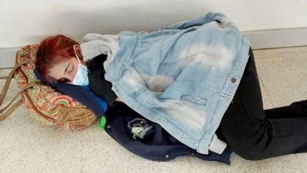Lara descansa en el pasillo de un hospital, su madre le tomó la foto.