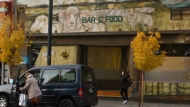 Alicaído. El centro trelewense muestra muchas postales de emprendimientos que no resistieron.