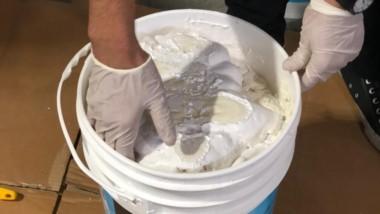 Los tachos de pintura blanca llevaban escondida la cocaína.