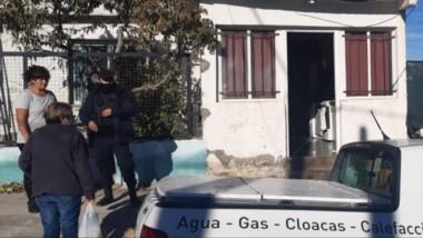Los integrantes de la familia fueron auxiliados por personal de la Comisaría Segunda de Puerto Madryn.