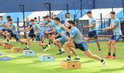 La práctica del sábado, en la cancha auxiliar, tuvo tareas de movilidad y fútbol táctico.