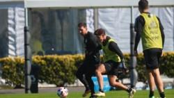 Julián Álvarez junto a Lionel Messi en el entrenamiento de la Selección Argentina.