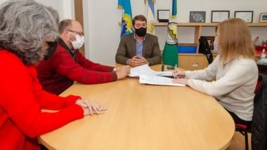 El intendente y la rectora de la Universidad rubricaron el acuerdo.