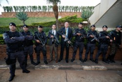 Jair Bolsonaro, con un arma en la mano.