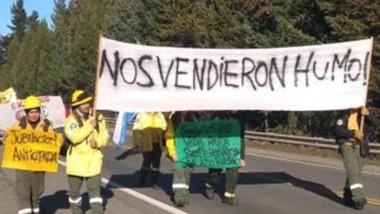 Eran héroes. Los brigadistas piden la atención del gobierno tras los incendios. Ayer marcharon desde Las Golondrinas hasta El Bolsón.