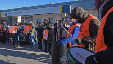 Naranjas. La movilización de ayer comenzó en el Ministerio de Salud y llegó hasta Fontana 50 con un pedido.