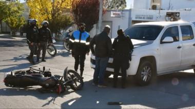 El accidente se produjo en la intersección de las calles Moreteau y Ameghino. El motociclista, al Hospital.