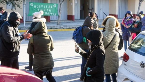 El personal de Salud llevó su protesta al vacunatorio