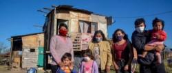 El nivel de pobreza en la Argentina habría alcanzado el 52% y la indigencia el 25% durante el año pasado, si no hubiera mediado la asistencia social del Estado Nacional.