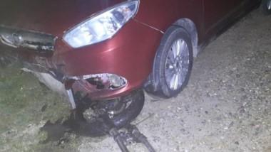 El automóvil Fiat Siena con daños en su paragolpes tras el accidente.