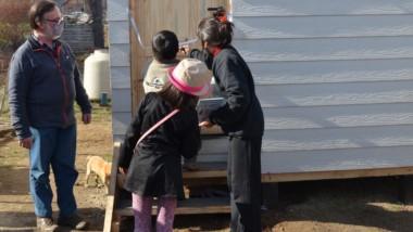 Casa nueva. Valeria Aguirre y sus dos hijos ya tienen cobijo para el invierno que se acerca.