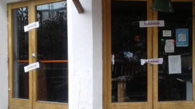 El municipio de Esquel cerró un pub local al no cumplir protocolos.