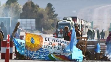 los manifestantes se quedaron sobre la Ruta 3 a la espera de que lleguen autoridades provinciales y habilitaron el camino cada una hora para descomprimir la zona.