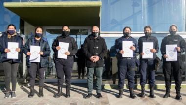 Agentes femeninas de la Policía del Chubut  recibieron su lote. El intendente Gustavo Sastre hizo la entrega.