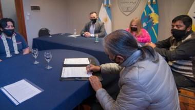 Adrián Maderna y funcionarios en la presentacióin de los cursos.