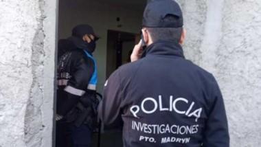 Personal de la Policía Científica trabajó en el barrio 140 Viviendas.